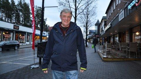 SOM I DAG: Fungerende ordfører Arnfinn Uthus vil beholde dagens parkeringsordning i Leiret.