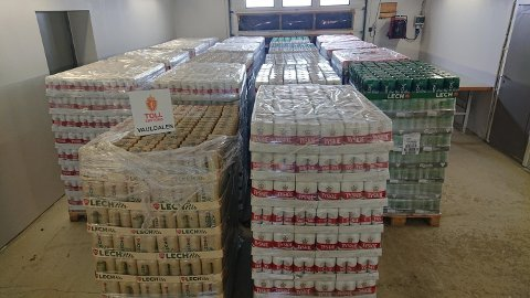STORT BESLAG: Over 15.000 liter øl ble beslaglagt. Det er et uvanlig stort beslag, og det største i Norge hittil i år. (Foto: Tolletaten)