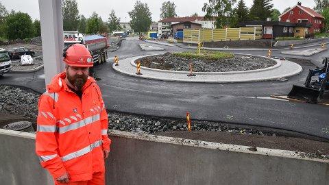 RUNDKJØRING: Det nye veg- og baneanlegget i Løten sentrum er snart klart, opplyser byggeleder Asgeir Skymoen i Statens vegvesen.