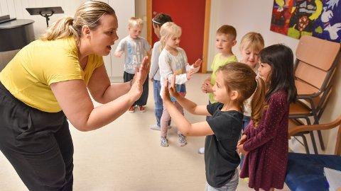 SANG OG LEK: Lisa Nybrott (30) underviser i sang. Torsdag fikk Løten kulturskole besøk av Alina (5) og andre barn fra Ryli og Skøienhagan barnehage.