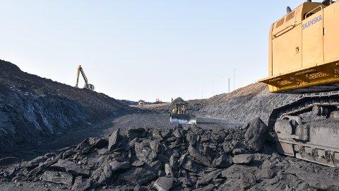 SPESIALAVFALL: I byggegropa for nye riksveg 3/25 i Løten er det gravd ut store mengder alunskifer.