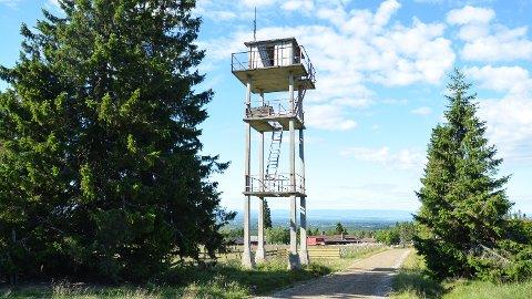 UTSETTES: Brannvakttårnet på Savalsetra i Løten skal rives, men det skjer ikke denne sommeren.