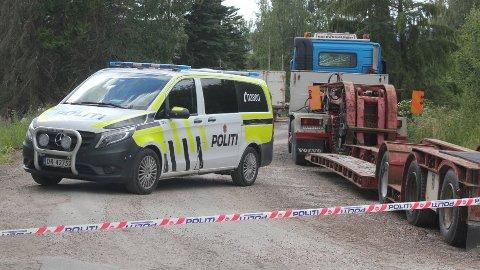 Mattilsynet hadde støtte av et stort politikorps under uttransporten av dyr fredag kveld. Foto: Kenneth Mellem