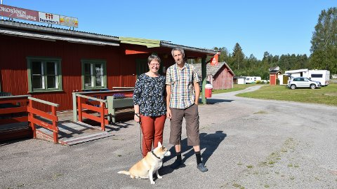 GOD START: Valdis Brynjolfsdottir og Sævar Hansson er i ferd med å avslutte første sesong som eiere av Rokosjøen camping i Løten.