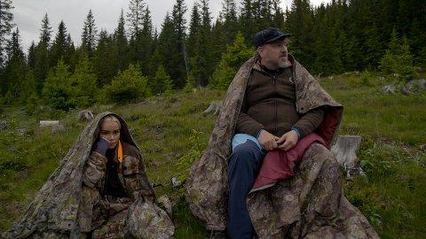 BJØRN: Sophie Elise og Halvor Sveen ble sittende i beiteområdet utover natta etter at det hadde blitt observert en bjørn i området.