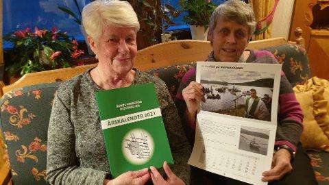 SPENNENDE: Det er en ekstra spennende kalender Tove Bråtebekken, til venstre, og Turid Myrvold i Åsnes Finnskog Historielag kan friste med for 2021.