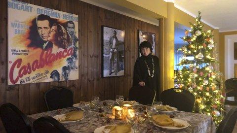 HAR PYNTET: Det oser julestemning i Otnesbanken nå. Gunhild Kværness har kjøpt lokalene, fått dem pusset opp, og nå er hun klar for å feire sin første julekveld der. Foto: Roy Arne Bjørtomt