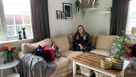 TRIVES: Katrine Thorsen (26) fra Elverum bor i et hus som er mer enn 100 år gammelt. - Det er herlig at det er mye historie i veggene, mener hun.
