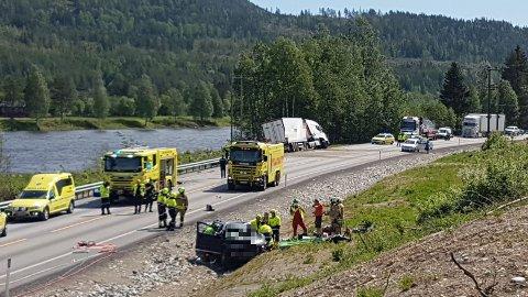 ULYKKE: En personbil og en lastebil kolliderte på riksveg 3.