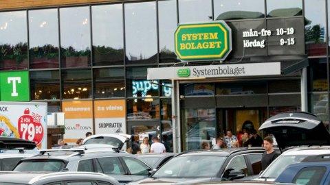TROR PÅ SVENSKE-JUBEL: Systembolaget i Sverige kan selge alkohol til langt lavere avgifter enn norske dagligvarebutikker og Vinmonoolet. Foto: Geir Olsen / NTB Foto: Geir Olsen (NTB)