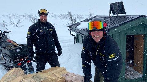 GJØR KLART FOR INNRYKK: Håkon Brenna og Espen Lysaker har sørget for å ta den lange turen inn med forsyninger