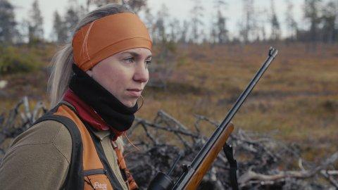 """GJENNOMGANGSFIGUR: Folkemusikeren Sigrid Stubsveen (27) er en av gjennomgangsfigurene i Ane Helga Lykkas debutfilm """"Elgskogen"""", et portrett av jegermiljøet i Engerdal."""