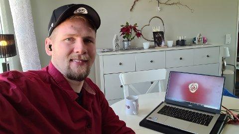 DIGITALT: Årets landsmøte i Arbeiderpartiet. Her er Magnus Stenseth på plass foran skjermen.