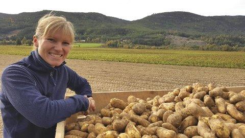 VALGTE GÅRDEN: Nina Haarseth (38) fra Rendalen valgte å ta med seg familien  hjem for å ta over hjemgården etter mange år i Elverum.