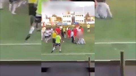 TUMULTER: Bildene viser at spillerne fra Elverum og Trysil barket sammen etter søndagens juniorkamp.