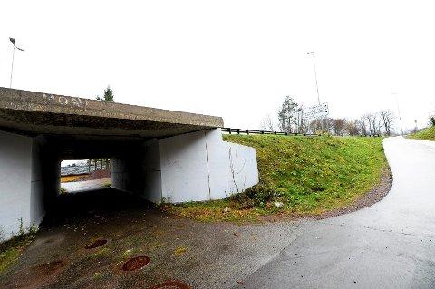 Kvinnen skal ha blitt overfalt og voldtatt i denne undergangen ved Grindløkken skole. Hendelsen skjedde midt på dagen lørdag. Det pleier å være mye trafikk i området på tidspunktet voldtekten skal ha skjedd.