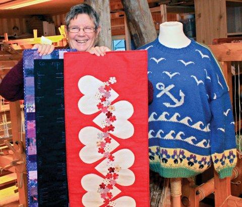May Knutsen viser fram juleløpere.