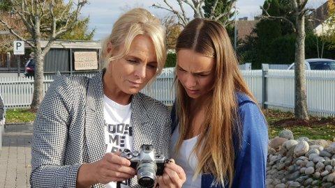 Trine Schøyen tar motebildene selv og datteren Emilie er gjerne modell.