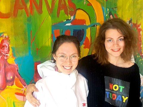 Her ser vi to av de unge kunstnerne foran det nærmest veggdekkende maleriet som ble til litt underveis. Vi ser Sofia Villafranca fra Teie til venstre og Charlotte Harjo fra Horten.