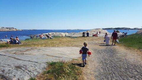 Her er veien ned til stranda på Sønstegård fra parkeringen, som denne sommeren til tider har vært veldig full.