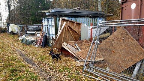 SVARER: – Planlagte bygg for blant annet lagring av de gjenstander som i dag ligger ute på eiendommen, har blitt kraftig forsinket.