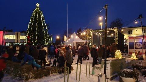 Juletreet på Teie har i år fått selskap av blant annet bålpanne, scene og matbod for å skape mer liv på torvet.