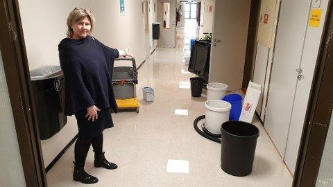 LEKKASJE: Store vannmengder i korridorene og takplater som har falt ned førte til at rektor Anita Eikeland Larsen måtte stenge dørene onsdag.