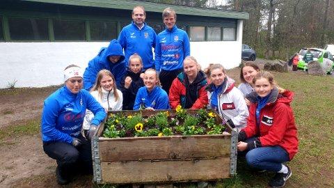 Teies damer tok sin tørn under dugnaden. Her har de pyntet området foran klubbhuset med blomster. Gutta bak er trenerne for damelaget.