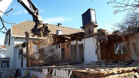 Samfunnshuset på Tjøme er nå jevnet med jorda. Her er et bilde fra riveprosessen som pågikk nå.
