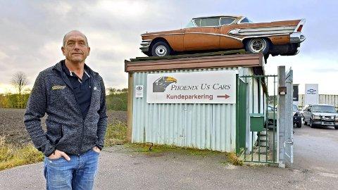 Oppfyller amerikanske drømmer: Bilbutikken til Trod Edh ligger på Sem, og her handler det om amerikanske biler. På taket ser du en myteomspunnet Buick fra 1958. Det er en av Trond Edhs favorittbiler. Foto: Arne Johan Furseth