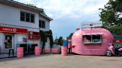 Anders og Jasmine Doyoo Obermann var på jakt etter en ny plassering for den rosa matvogna på Tjøme. Nå har de funnet plass for sommeren.