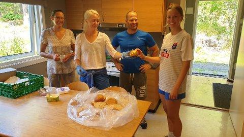 Fire ildsjeler: Fra venstre Isabel Husebæk, Hege Pernille Thon, Robert Thon og Kaja Markussen, trener, på kjøkkenet under fotballskolen.