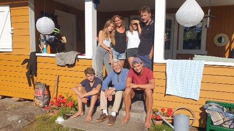 Foran med bestefar: Isak (t.h.) og Karl. Bak med foreldrene Julie og Frantz er barnebarna Maria (t.h.) og Agnes. Foto: Arne Johan Furseth