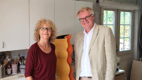 I VERKSTEDET: Elisabeth von Krogh og Morten Zondag foran en krukke med lignende utforming som dem som står i kommunestyresalen på Tinghaug.