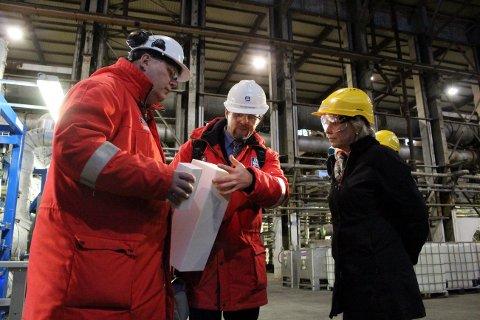 Odd-Arne Lorentsen i YTC forteller om den siste rekrutteringsbølgen. Her avbildet sammen med tidligere næringsminister, nå moderniseringsminister, Monica Mæland.