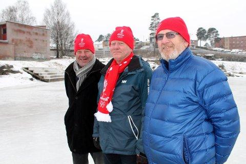 Tom Gundersrud, Tore Fosse og Willy Sjøstrøm har siden 1. juledag gått skift for å få skøytebanen klar på Furulund.