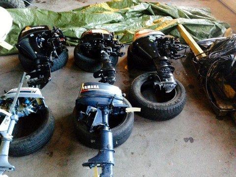 Her er bildet av de fem påhengsmotorene som ble funnet hjemme hos den bildrapstiltalte sammen med mye annet tyvegods i september i fjor. I helga fant politiet nok en gang tyvegods hjemme hos ham.