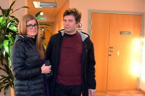 Janne Steen og Henning Steen følte seg tilsidesatt da de som nærmeste  pårørende måtte vente bak lukkede dører da den tiltalte forklarte seg tirsdag.