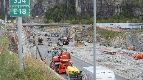 Her er entreprenørene i full gang med byggingen av den nye omkjøringingen for E18 forbi Lasses på Rugtvedt. Den skal stå klar fredag klokka 14.00, da trafikken slippes gjennom tunnelene igjen.