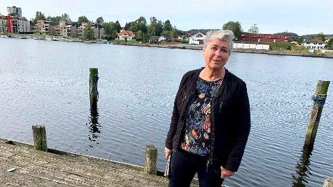 FORLANGER Å FÅ NY BRYGGE: Anne Britt Mathisen på Osebakken forlanger at kommunen river og bygger ny brygge når de legger elvepromenaden over hennes eiendom. Hun vil at promenaden skal bygges der brygga er nå, og at det bygges ny brygge utenfor denne.