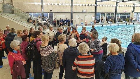 UTFORSKET: Rundt 90 pensjonister tok den nye Kjølnesparken i nærmere øyesyn onsdag.