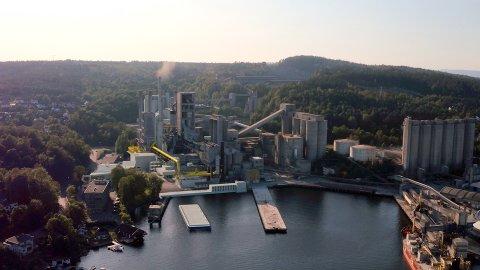 NORCEM I 2024: Dette er en bildemontasje av hvordan Norcem med utbygget karbonfangstanlegg, såkalt CCS-anlegg skal se ut når prosjektet med karbonfangs- og lagring skal starte full drift i 2024, hvis alt går etter planen.