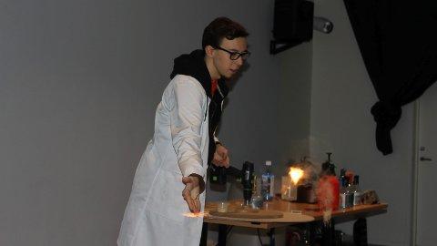 UNDERHOLDT: Kornelius Meli underholdt både barn og voksne med vitenskapsshow onsdag.