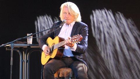 ENTERTAINER: Jan Eggum har turnert i Norge med sine sanger og med gitaren på fanget i 45 år. Han er en av våre mest folkekjære og populære artister. Selv kaller han seg for en melankolsk og munter bergenser, og det finns det visttnok ikke mange av. På Wrightegaarden hadde han publikum i sin hule hånd og skapte magi i sommerkvelden.