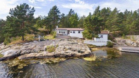 Folk i kø for å kjøpe: Hytta til Tommy Svindal på Håvøytangen ved Kjønnøya i Bamble ble solgt mandag, og prisen ble langt over de 7,2 millionene som var prisantydningen fra megler.