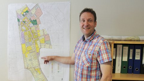 Nytt kart: Arealplanlegger Espen Glosli i Rakkestad kommune viser det nye kartet for Rakkestad sentrum som nå skal legges ut på offentlig ettersyn.