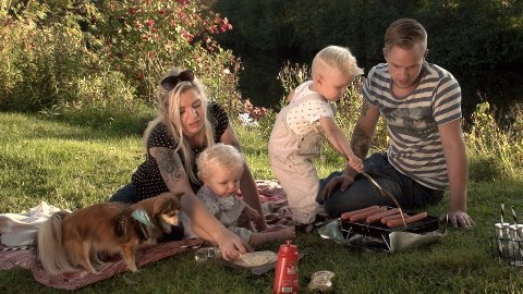 LOKALE SKUESPILLERE: Kine Slåttbråten og Pål-Øyvind Johansen med sønnene Linus og Caspian var noen av de lokale skuespillerne Westlie brukte i Brødr. Ringstads reklamefilm.