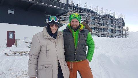 STORSTILT SELSKAP: Her er Lars Kristian Günther sammen med Alan Tomkins, art director bak flere storfilmer som blant annet Star Wars, Batman Begins og Saving Private Ryan.