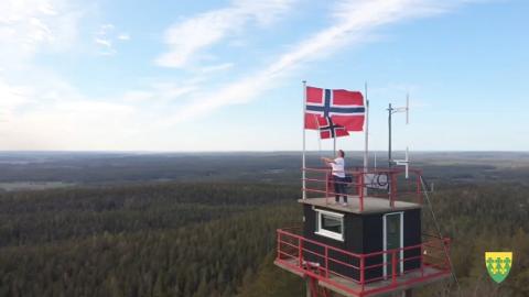 POPULÆR: Ordfører Karoline Fjeldstad har tatt turen til Linnekleppen i Rakkestad kommune sin 17.mai-film til rakstingene. I løpet av et snaut døgn har filmen fått nærmere 30.000 visninger.