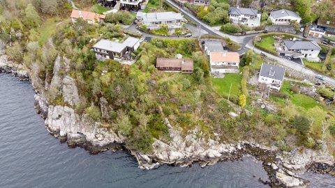 Det er det lille brune huset i midten som skal rives for å gjøre plass til det nye huset til Tom Jørgensen og hans familie.